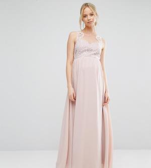 Chi London Maternity Платье макси для беременных с кружевным лифом и вырезом сердечком. Цвет: розовый