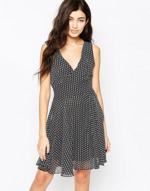 Iska Короткое приталенное платье в цветочек с V-образным вырезом. Цвет: черный
