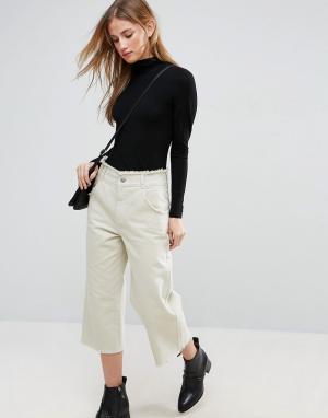 ASOS Укороченные широкие брюки с необработанным краем. Цвет: зеленый