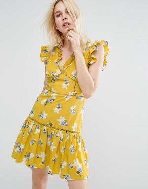 J.O.A Чайное платье без рукавов с цветочным принтом и оборками. Цвет: желтый
