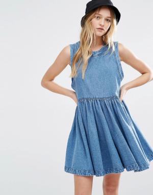 Rollas Выбеленное джинсовое платье с заниженной талией. Цвет: синий