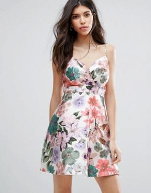 Talulah Короткое приталенное платье с цветочным принтом. Цвет: мульти