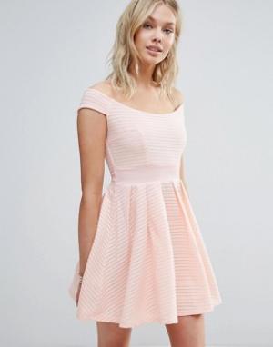 Wal G Короткое приталенное платье с открытыми плечами. Цвет: розовый