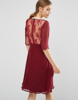 Elise Ryan Платье миди с кружевными рукавами и спинкой. Цвет: красный