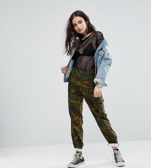 Reclaimed Vintage Камуфляжные брюки в стиле милитари Revived. Цвет: зеленый