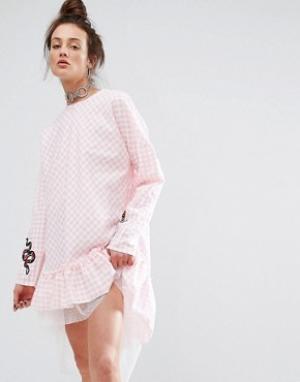 The Ragged Priest Платье в клеточку с нашивками. Цвет: розовый