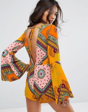 Glamorous Ромпер с глубоким вырезом на спине, широкими рукавами и принтом Glamor. Цвет: оранжевый