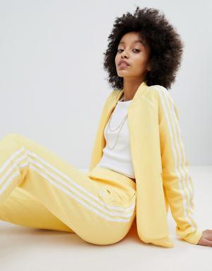Adidas Originals Желтая спортивная куртка с отделкой тремя полосками a. Цвет: желтый