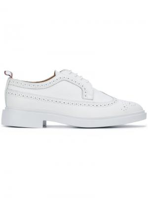 Lace-up oxford shoes Thom Browne. Цвет: белый