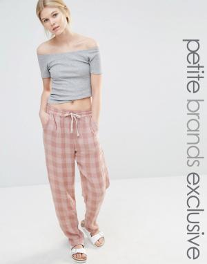 One Day Petite Спортивные штаны в клеточку. Цвет: розовый