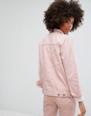 Waven Классическая джинсовая куртка пастельного цвета с вышивкой в тон. Цвет: розовый