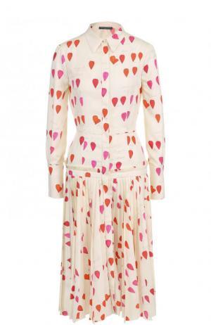 Шелковое платье-рубашка с принтом и плиссированной юбкой Alexander McQueen. Цвет: бежевый