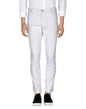 Джинсовые брюки THE EDITOR. Цвет: белый