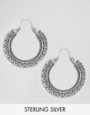Kingsley Ryan Серебряные серьги-кольца с орнаментом. Цвет: серебряный