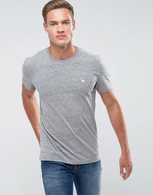 Abercrombie & Fitch Серая облегающая футболка с круглым вырезом и логотипом. Цвет: серый