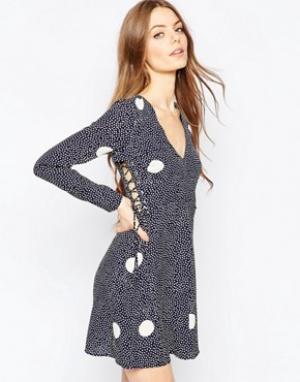 ASOS Короткое приталенное платье в большой и мелкий горошек. Цвет: мульти