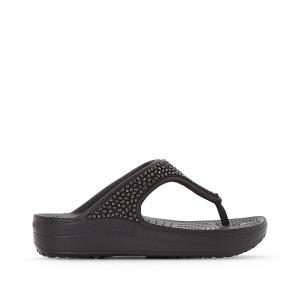 Вьетнамки на танкетке Crocs Sloane Embellished Flip. Цвет: черный