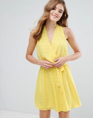 Lavand Фактурное платье миди с запахом и поясом. Цвет: желтый
