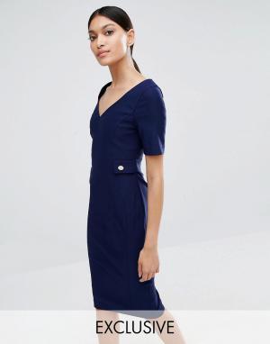 Vesper Платье-футляр с V-образным вырезом и золотистыми пуговицами. Цвет: темно-синий