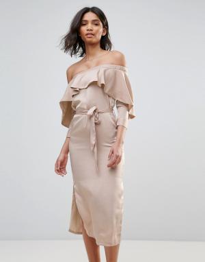 Neon Rose Атласное платье-миди с открытыми плечами и оборкой. Цвет: коричневый