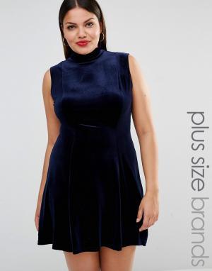 Club L Plus Короткое приталенное бархатное платье с высоким воротом. Цвет: темно-синий