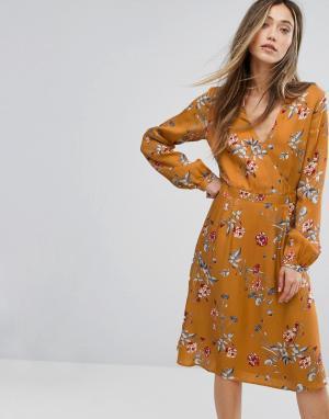 Gestuz Платье с запахом и цветочным принтом. Цвет: мульти