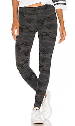 Узкие камуфляжные спортивные брюки SUNDRY. Цвет: черный