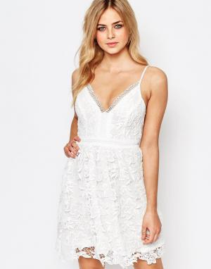 Lipsy Короткое приталенное платье с кружевом кроше Michelle Keegan Loves Lip. Цвет: белый