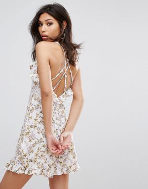 PrettyLittleThing Свободное платье на бретельках с принтом и оборкой. Цвет: белый