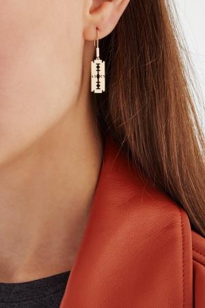 Позолоченная моно-серьга Бритва Caviar Jewellery. Цвет: золотой