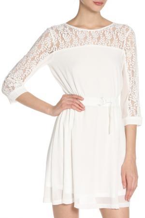 Летнее платье с вышивкой и поясом GIRLS ON FILM. Цвет: белый