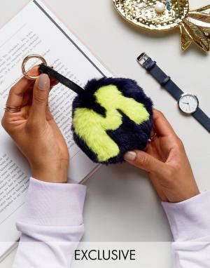 My Accessories Брелок для ключей с буквой M и помпоном из искусственного меха Acce. Цвет: темно-синий