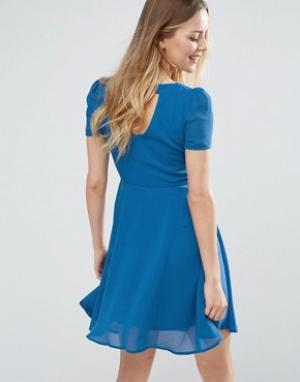 Jasmine Короткое приталенное платье с вырезом на спине. Цвет: синий