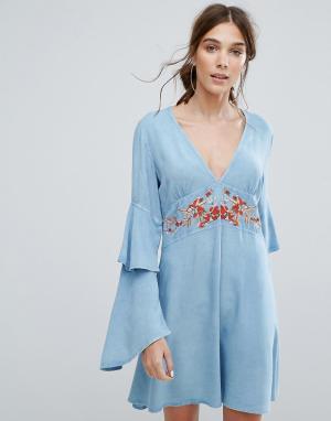 Neon Rose Чайное платье с V-образным вырезом, ярусными оборками на рукавах и цве. Цвет: синий