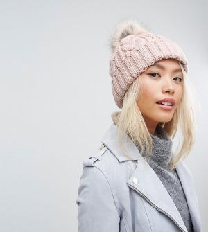 Stitch & Pieces Розовая шапка-бини с вязкой косами и помпоном. Цвет: розовый