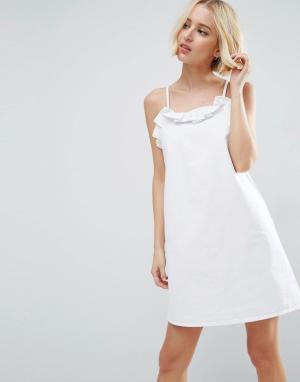 ASOS Белое джинсовое платье-комбинация с оборкой. Цвет: синий
