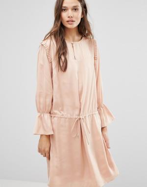 Gestuz Атласное платье с оборками на плечах. Цвет: розовый