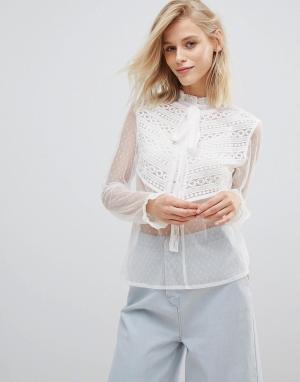 Willow and Paige Полупрозрачная блузка с завязкой и рюшами. Цвет: белый