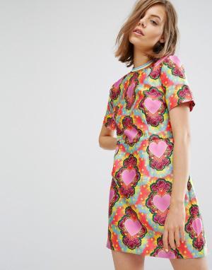 House of Holland Приталенное саржевое платье со свободной юбкой и принтом сердец. Цвет: мульти