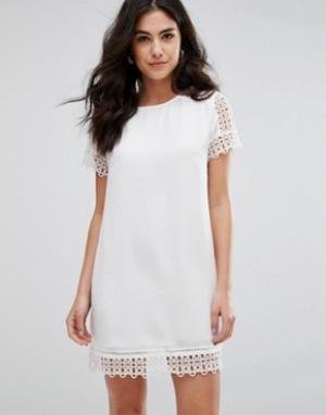 Darling Платье с короткими рукавами и кружевной отделкой. Цвет: кремовый