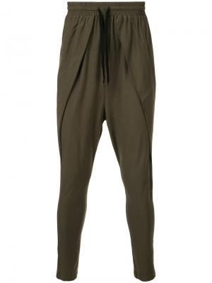 Укороченные спортивные брюки с заниженной проймой First Aid To The Injured. Цвет: зелёный