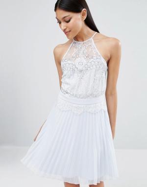 Lipsy Короткое приталенное платье с плиссировкой и отделкой бисером. Цвет: синий
