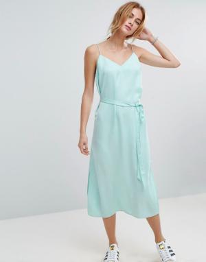 ASOS Атласное платье-комбинация миди с поясом. Цвет: зеленый