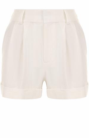 Мини-шорты с защипами Alice + Olivia. Цвет: белый