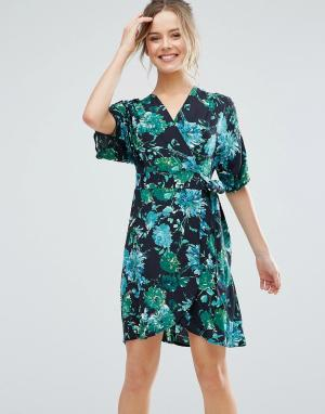 Closet London Короткое приталенное платье с короткими рукавами и тропическим принтом. Цвет: черный
