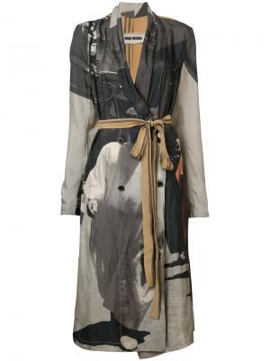 Пальто с поясом и принтом Uma Wang. Цвет: серый