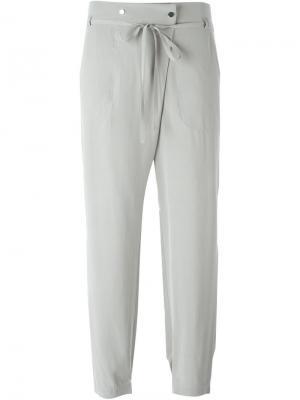 Укороченные брюки Vince. Цвет: серый