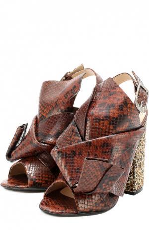 Босоножки из фактурной кожи на каблуке с декором No. 21. Цвет: коричневый
