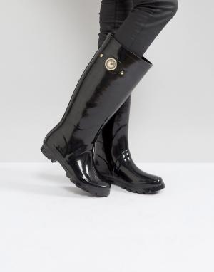 Versace Блестящие резиновые сапоги с золотистой пуговицей Jeans. Цвет: черный