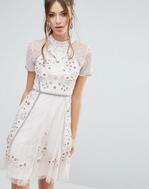 Frock and Frill Короткое приталенное платье с цветочной отделкой. Цвет: розовый